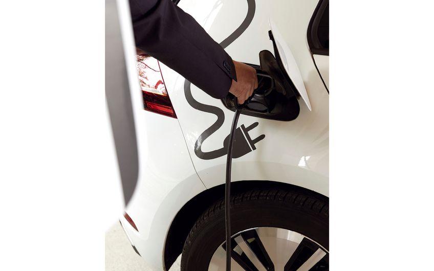 Selbst generierter Solarstrom lässt sich dann auch zum Aufladen von E-Autos nutzen