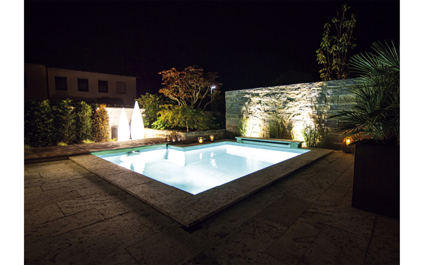 Nach einem langen Arbeitstag ist Entspannung da, wo der Pool leuchtet.