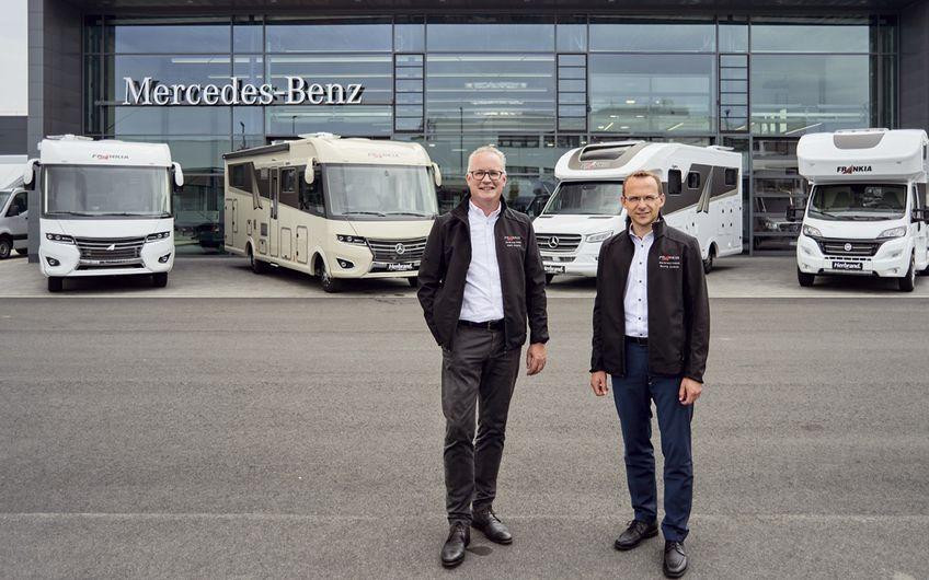 Marc Heijster (Verkaufsberater, li.) und Georg Jeuken (Verkaufsleiter) präsentieren die neuesten Frankia Reisemobil-Modelle