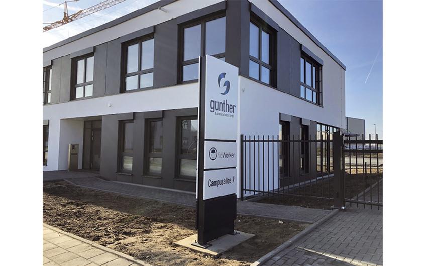 Günther BS, Leverkusen: Außenstele im Design des Gebäudes