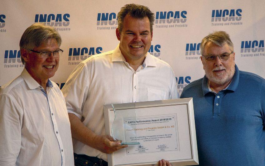 Freuen sich über den Award (v.l.): Gerhard Wächter (Verbandspräsident eato e.V.), Stephan Otten (Geschäftsführer Incas Training) und Ulrich Hoffmann (Verwaltungsratspräsident PerformNet AG)