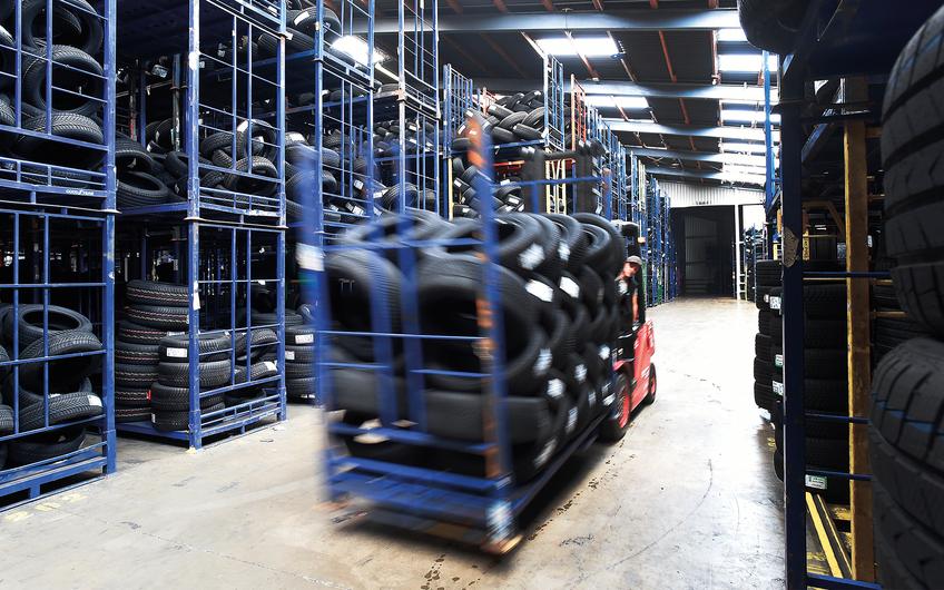 Reifen Heinen verfügt über mehr als 10.000 Quadratmeter Lagerfläche (© Gerd Lorenzen)