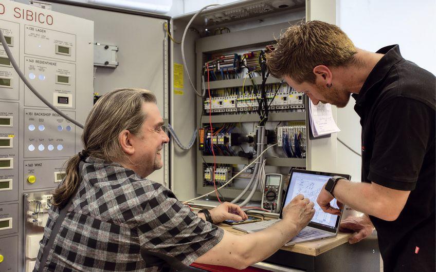 Geschäftsführer und Werkstattleiter Jens Behncke bei der Prüfung eines Schaltschranks für automatisierte Klima- und Gebäudetechnik (Foto: Foto: Wort & Lichtbild)