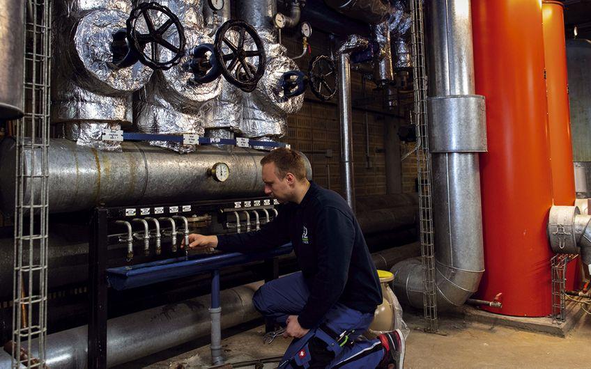 Wartungsarbeiten in einer Heizzentrale Foto: Dr. Starck Unternehmensgruppe