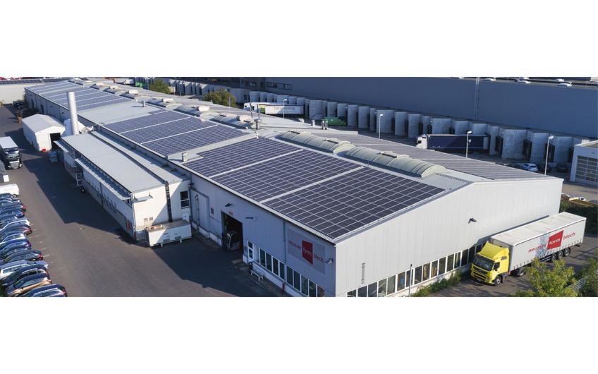 Über 4.000 Quadratmeter Solarzellen erzeugen eine Leistung von rund 750 kWp auf dem Dach der neusser formblech GmbH