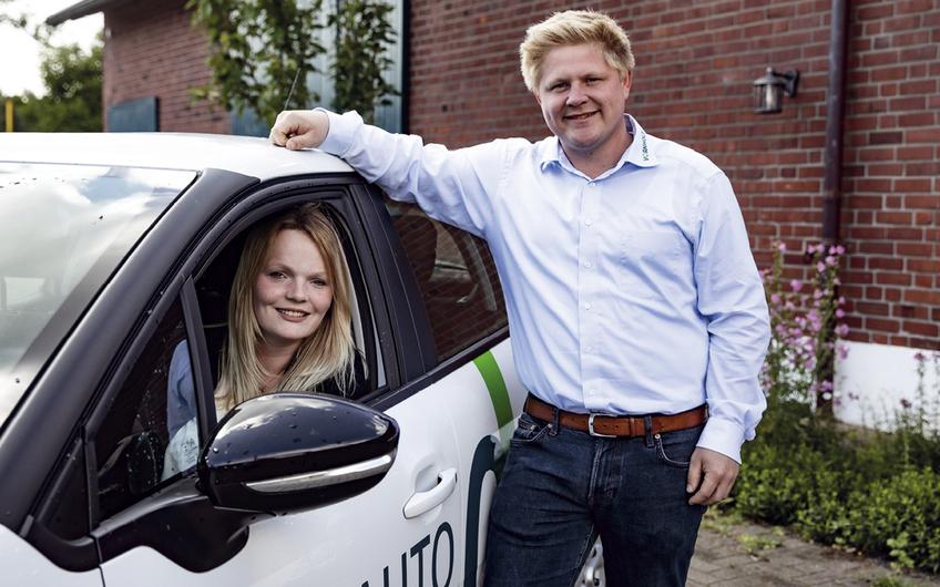 Das Azubi-Team Jana Kentrup und Jan Holling mit einem VORNHOLT Azubi-Auto (Foto: Patric Prager Fotografie)