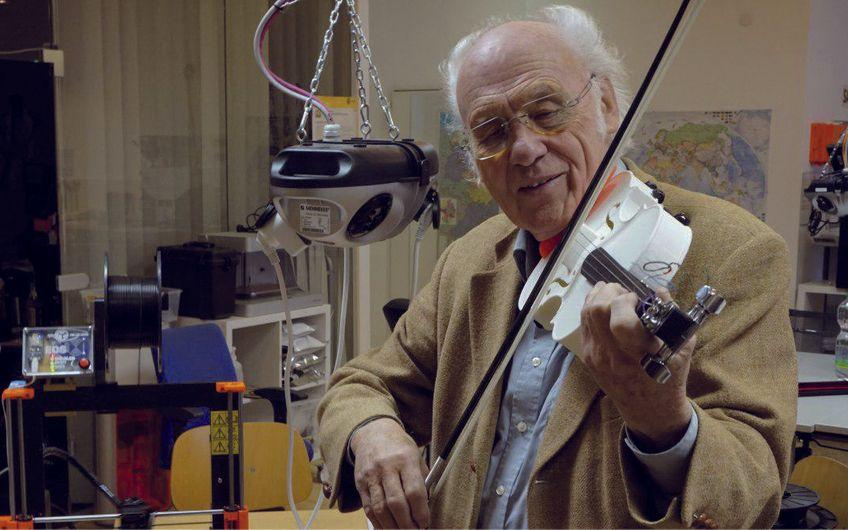"""Professor Dr. Werner Fröhlich mit  einer Geige aus dem 3-D-Drucker Foto: """"Fab Lab"""" der Universität Siegen"""