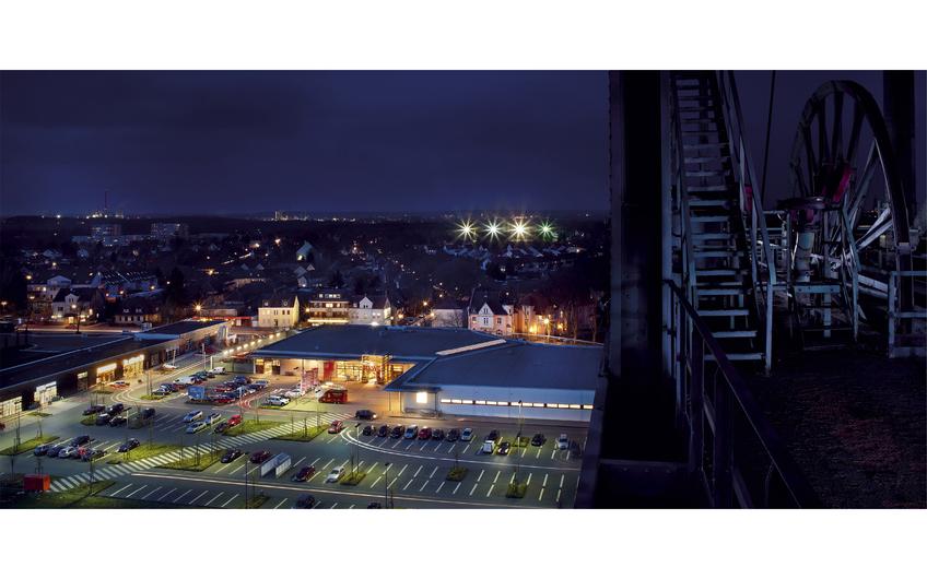 Stimmungsvolle Nachtansicht: Das neue Einzelhandels- und Dienstleistungszentrum im Stadtquartier Gneisenau vom Tomson Bock aus fotografiert  (Foto: Thomas  Stachelhaus)