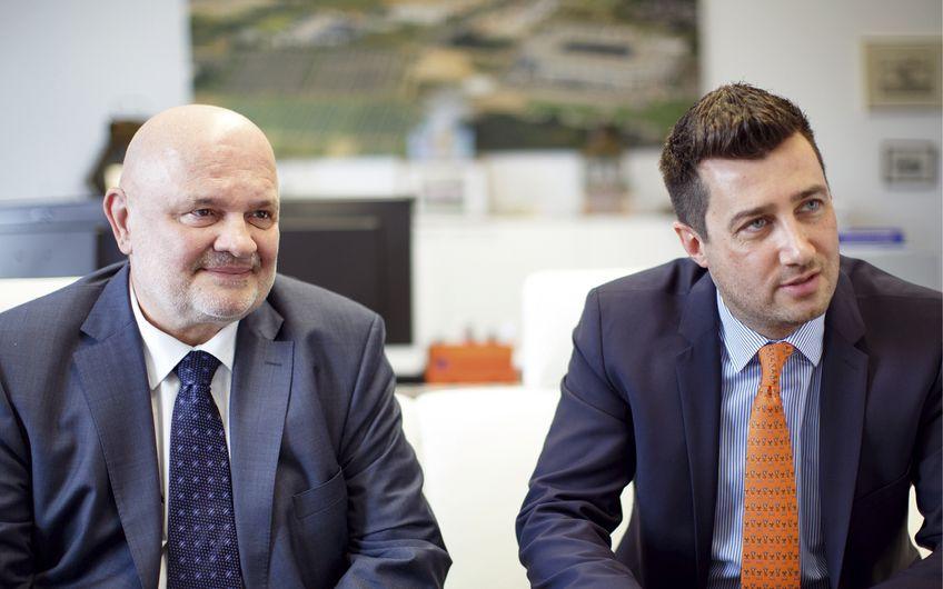 Unternehmensgründer Michael Lang (li.) ist froh, mit Navid Thielemann den optimal geeigneten Nachfolger gefunden zu haben