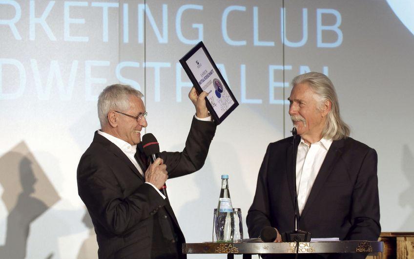 Ehrung und Dankeschön an den verdienten Clubgründer und langjährigen  MC-Präsidenten Willi  Denecke (links) von Claus Peter Claudy (rechts)