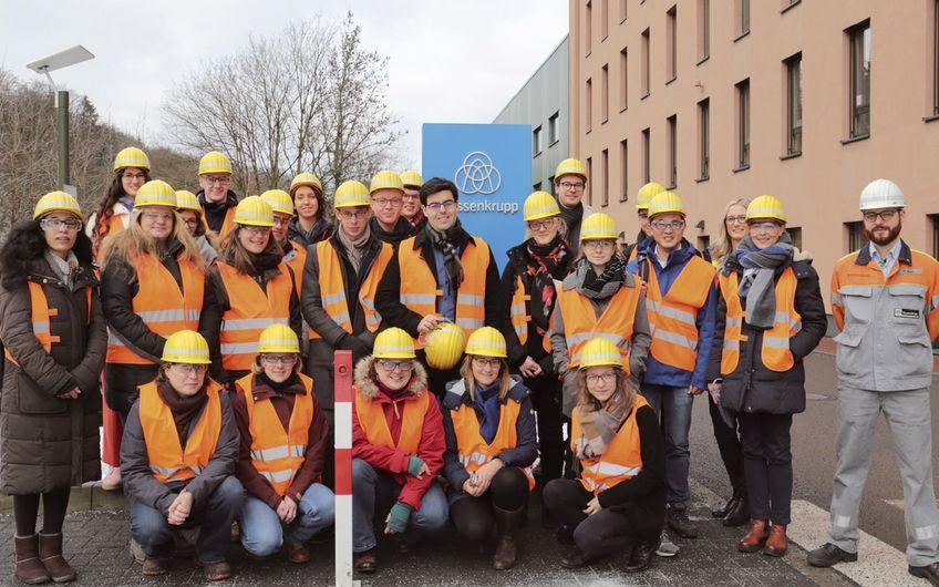 Sicherheit geht vor: Stipendiatinnen und Stipendiaten der FernUniversität besuchten das Werk von thyssenkrupp in Hagen-Hohenlimburg (Foto: FernUniversität)