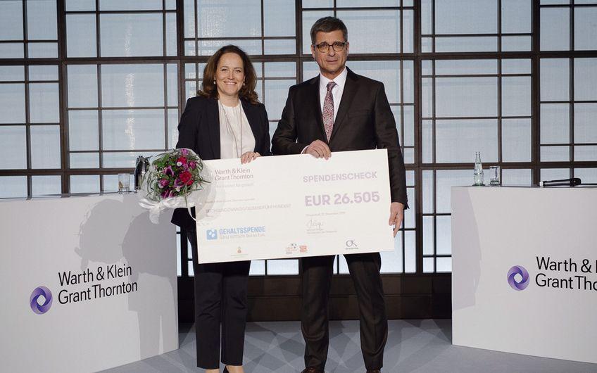 Ein weiteres Highlight: Michael Häger überreichte Anke Merz-Betz, der  Geschäftsführerin der Spendeninitiative DEUTSCHLAND RUNDET AUF, das Ergebnis der Gehaltsspende von Warth & Klein Grant Thornton: einen Scheck über 26.505 Euro.