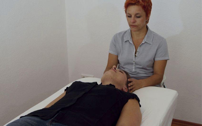 Heilpraktikerin Christina Steinbeck wendet die Cranio Sacrale Therapie an