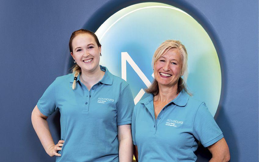 Janet Gehlen (li.), Zahnmedizinische Prophylaxeassistentin, und Dentalhygienikerin Sabine Mangel aus dem engagierten, 12-köpfigen novacura -Team