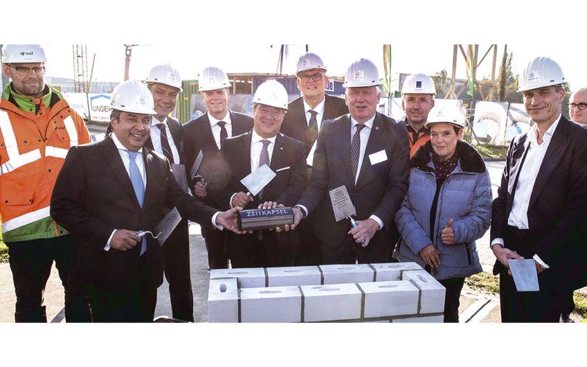 NRW-Ministerpräsident Armin Laschet (5.v.l.) mit, Dortmunds OB Ullrich Sierau (7.v.l.), Regierungspräsident Hans-Josef Vogel (6.v.l.), Thyssenkrupp AG Vorstand Klaus Keysberg (4.v.l.), Thyssenkrupp Steel Vorstandssprecher Premal Desai (2.v.l.),und Thyssenkrupp Steel Produktionsvorstand Arnd Köfler (10.v.l.)  Foto: Rainer Schroeer