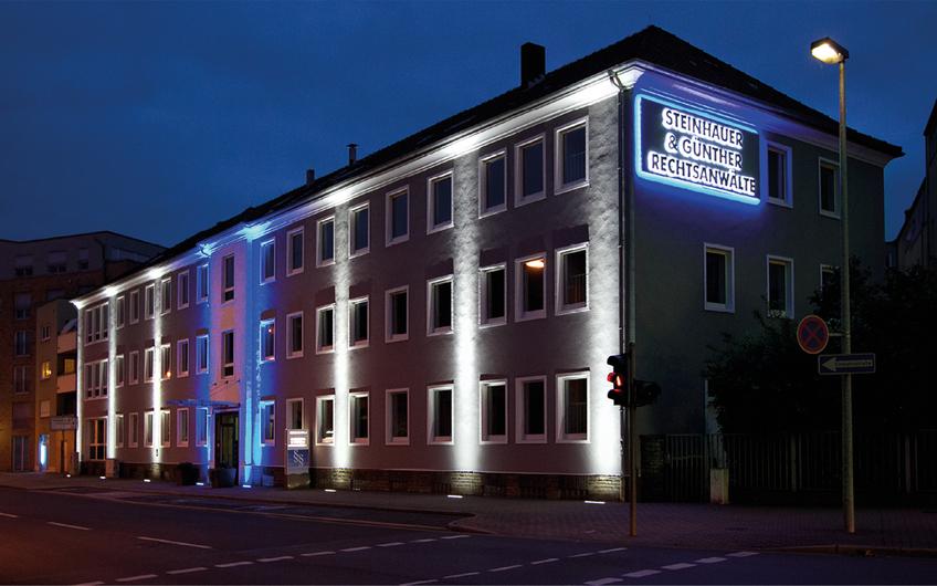 Am Hauptsitz in Menden erzeugt die ansprechende Gebäudebeleuchtung eine besondere Atmosphäre