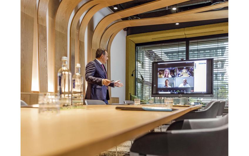 Auch die Firmenleitung der Gebau GmbH kommuniziert regelmäßig per Video-Meeting (Foto: Jochen Rolfes)