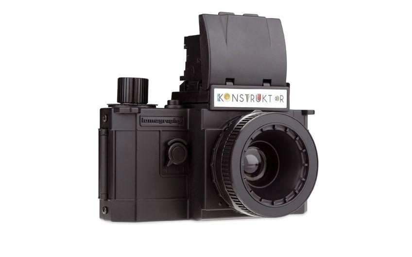 Konstruktor  Eine eigene selbstgebaute analoge Spiegelreflexkamera aus Plastik? Mit dem Konstruktor von Lomography funktioniert's. Die Kamera verfügt über einen Lichtschachtsucher, Mehrfachbelichtungs- und Langzeitbelichtungsfunktion sowie eine austauschbare Linse. UVP 39 Euro