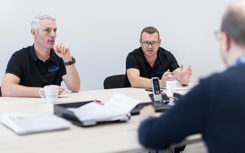 Die Geschäftsführer Hank Dederichs und Chris Gerards im Gespräch (v.l.) (Foto: Siegfried Dammrath)