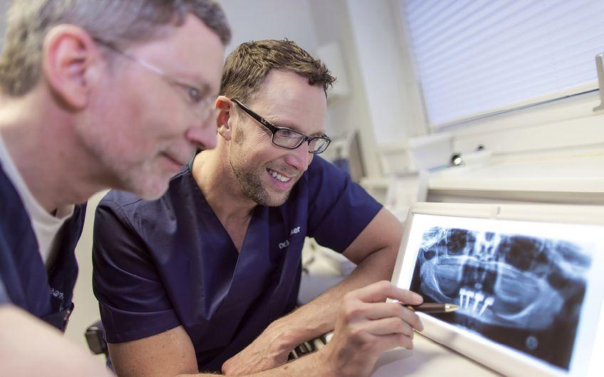 Fachlicher Austausch bei der Röntgendiagnostik Dr. Kay Pehrsson & ZA Meikel Steinker