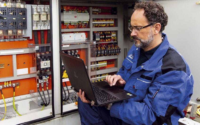 Inbetriebnahme einer Kälteanlage am Schaltschrank des Kunden Foto: Dr. Starck Unternehmensgruppe