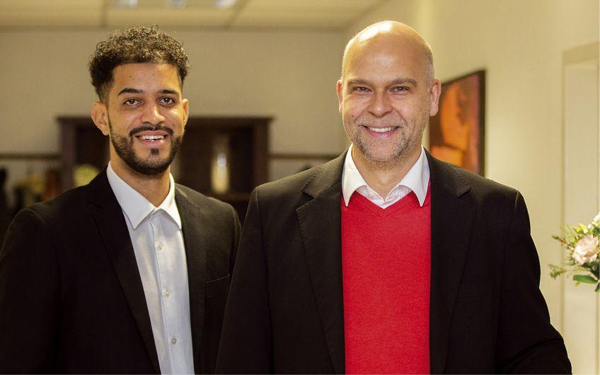 Geschäftsführer Hinnerk Wehberg (re.) mit Alexander Goolsby, Kfm. für Versicherungen und Finanzen Foto: Foto Bender