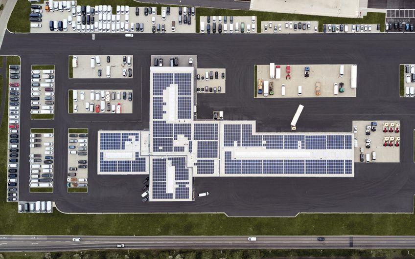Ausreichend Platz auf 55.000 m². Die Dachflächen wurden für 1.900 Photovoltaik-Module genutzt