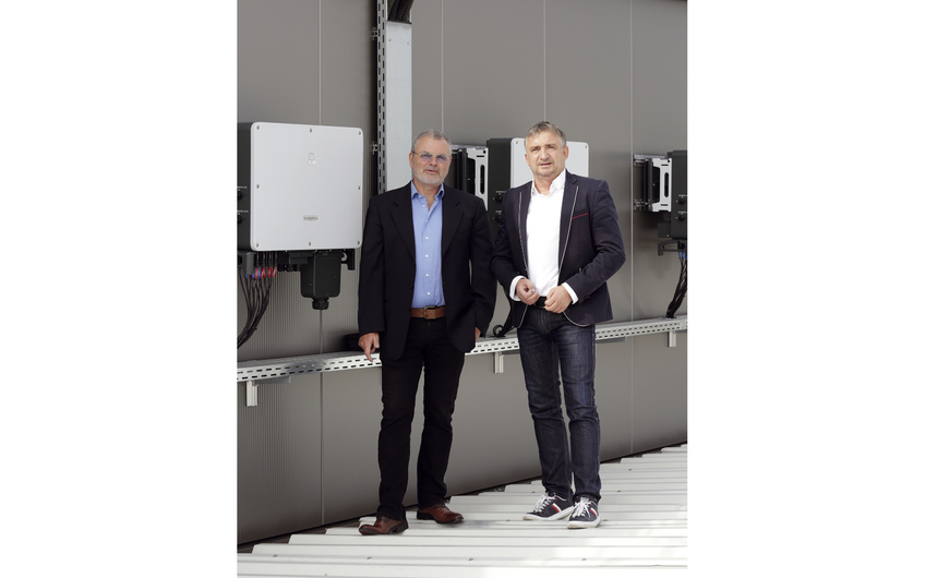 Frank Hoffmann und Olaf Jacob auf dem Dach eines Gewerbebetriebes in Sankt Augustin mit einer 186kWp PV Anlage (Foto: Wort & Lichtbild)