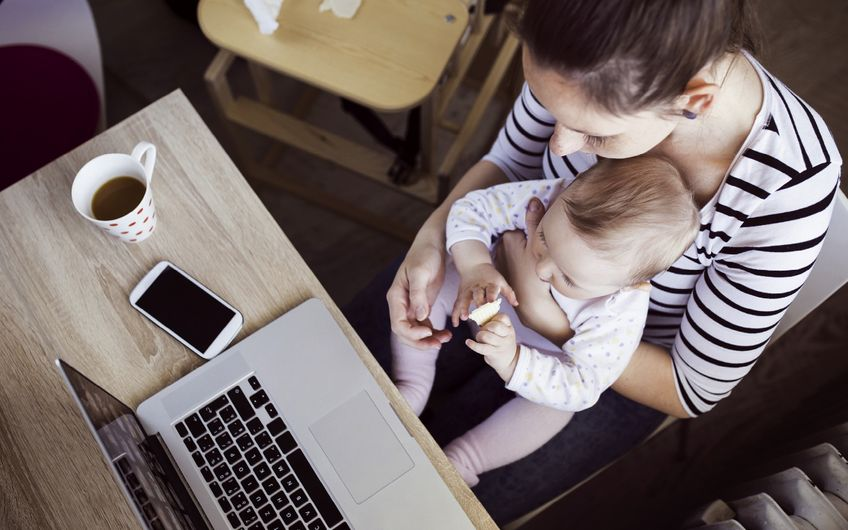 Für junge Eltern kann Homeoffice eine  gute Lösung sein - wenn es funktioniert (Foto: ©Halfpoint – stock.adobe.com)
