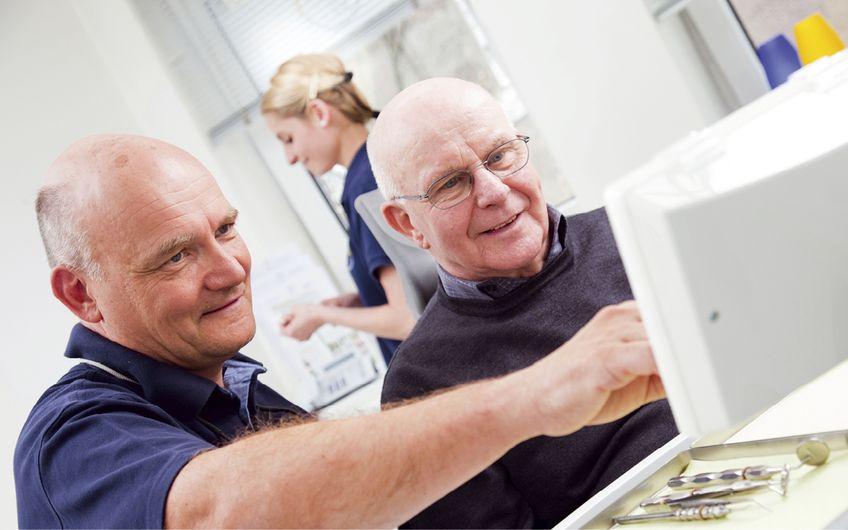 Dr. Thomas Wietzorke (li.) und seine Kolleginnen verfolgen ein effektives Prophylaxe-Programm (Foto: Pascal Eisenschmidt)
