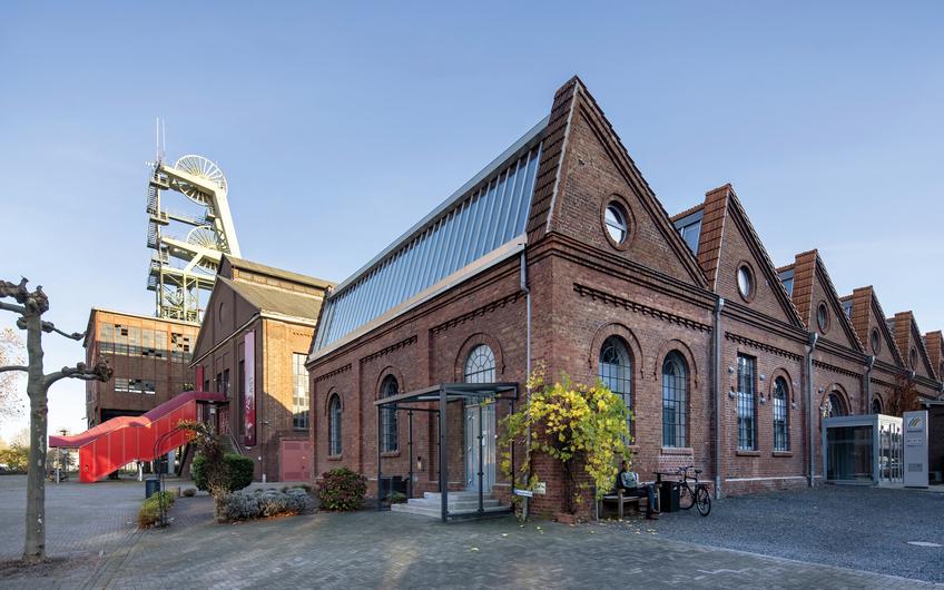 Die denkmalgeschützte Sheddachhalle des Bergwerkes ist inzwischen zur modernen Büroimmobilie der Softwarefirma PROSOZ Herten GmbH umgebaut worden (© aller Fotos: RAG Montan Immobilien, Fotograf: Thomas Stachelhaus)