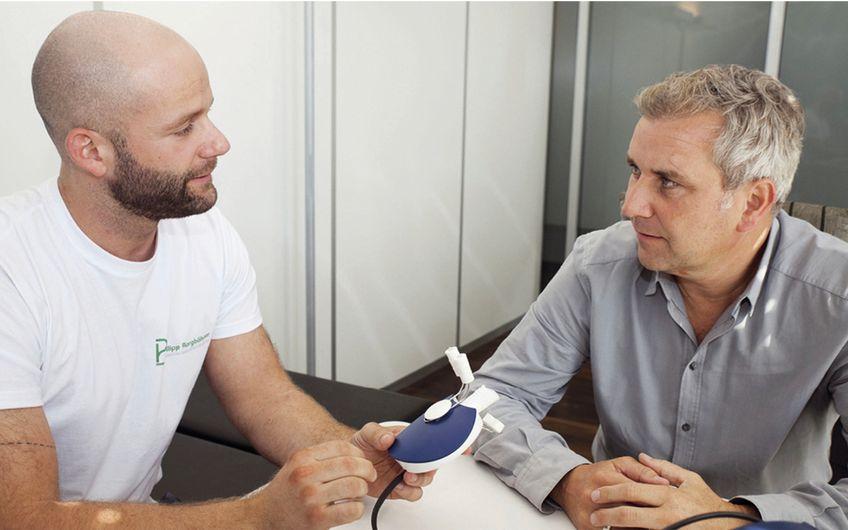 Gesundheitsmanager Philipp Borgböhmer (li.) erklärt den Ablauf der Stoffwechselanalyse Foto:  Eva Czaya