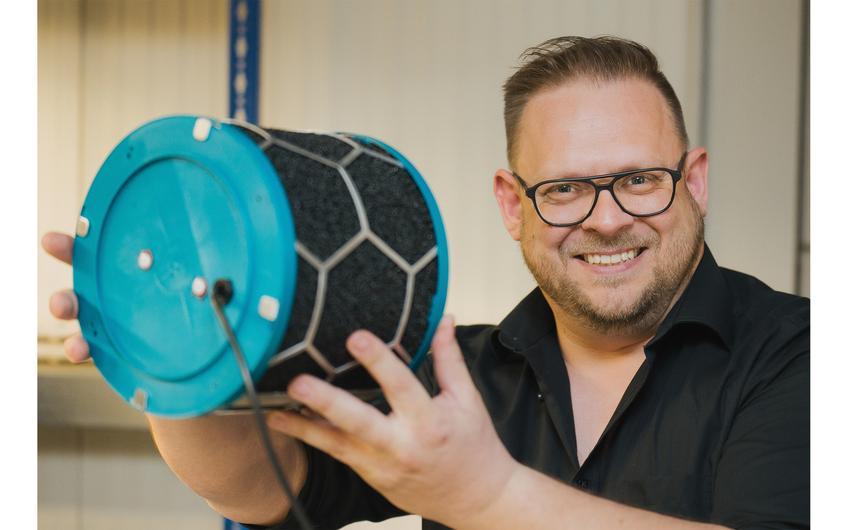 Markus Pöhlitz mit dem Herzstück des Luftreinigers (© Holger Bernert)