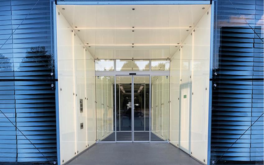 Der Lichttunnel besteht aus insgesamt 28 Echtglas-Elementen mit LED-Flächenlichtern