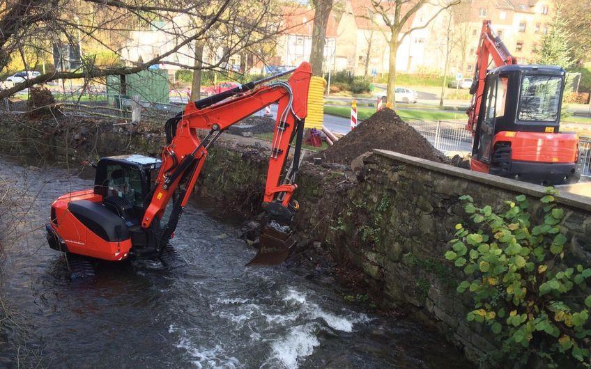 Sanierung einer Bachmauer bei ,fließendem Betrieb'