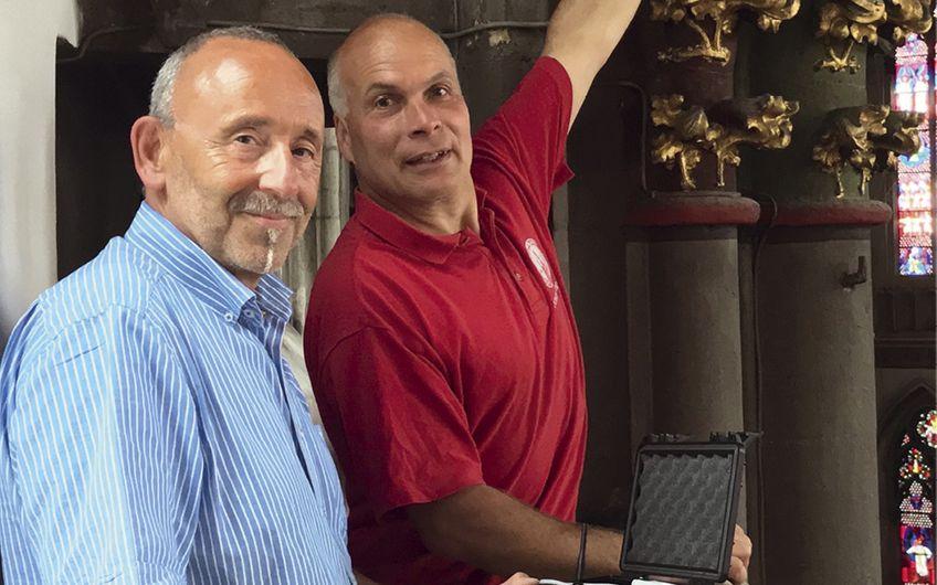 Siegfried Schulze vom MCC e.V. (li.), besichtigt mit Dombaumeister Johannes Schubert die moderne Sensor-Technologie im Xantener Dom