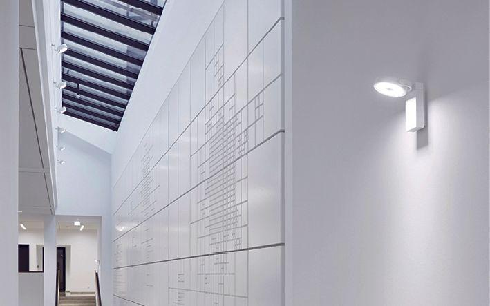 """Empfangsfoyer mit verglaster Dachkonstruktion """"Lichtfuge"""" Foto: www.nicolezimmernann.de"""