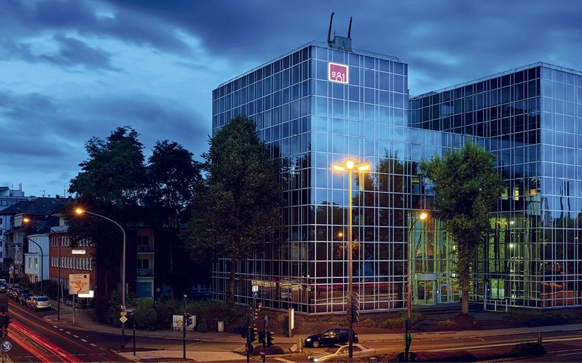 Das verspiegelte Gebäude an der Alfredstraße 81 hat Brockhoff schon zwei Mal verkauft und ist mit der Vermietung beauftragt