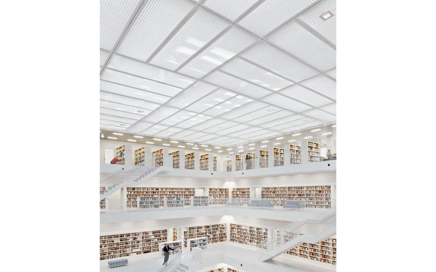 Feuerverzinkte Gitterroste als lichtdurchlässiges Deckenelement in der Stadtbibliothek Stuttgart (Foto: Lichtgitter-Gruppe)