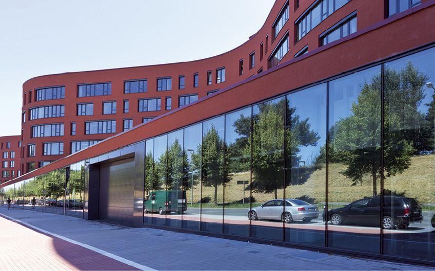 Das NRW-Landesarchiv im Duisburger Innenhafen. Mitte 2013 eingeweiht, ist es mit 134 Kilometern Regalen das größte Archiv Europas (Foto: Hochtief)