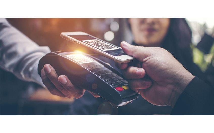 Bezahlen mit dem Smartphone – an immer mehr Kassen möglich (Foto: © brain2hands – stock.adobe.com)