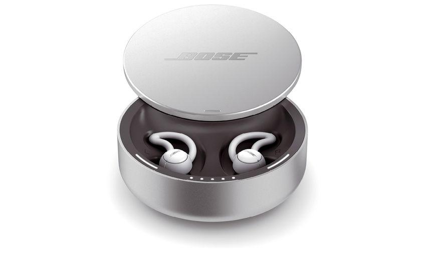 Bose Sleepbuds  Weg mit dem Lärm – die Noise-masking Sleepbuds von Bose sind Silikon-Tips, die die Ohren physisch abschirmen und Störgeräusche mit angenehmen Geräuschen wie Meeresrauschen überdecken. Dauer: 16 Stunden. UVP 269,95