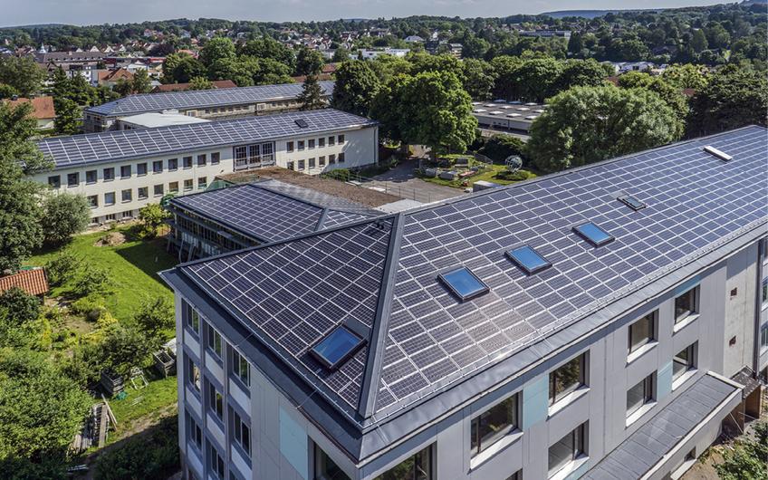 Auf dem Dach des Felix-Fechenbach-Berufskollegs (l.) baute GT-Solar die seinerzeit größte Indachanlage Europas.