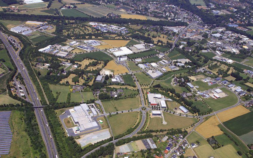 Die von der wir4 vermarkteten Gewerbeflächen zeichnen sich – wie hier am Beispiel Grafschafter Gewerbepark Genend – auch durch einen hohen Grünflächenanteil aus