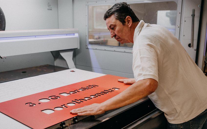 Vom Zuschneiden sowie Dreh- und Fräsarbeiten über das Laserschneiden und -gravieren...