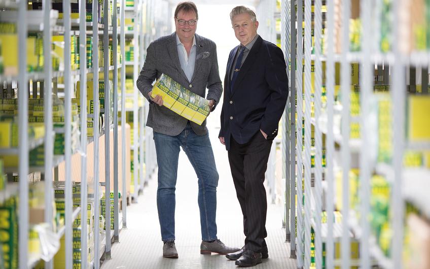 Die beiden Geschäftsführer und Vettern van Eyckels im Lager (© Siegfried Dammrath)
