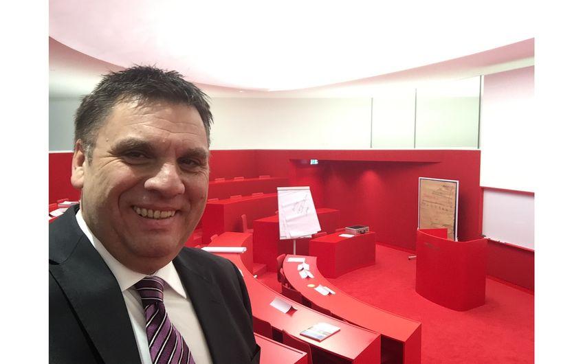 Geschäftsführer Butzen ist u. a. als Gastdozent im Rahmen einer internationalen Geschäftsführerausbildung an der Mannheim Business School tätig