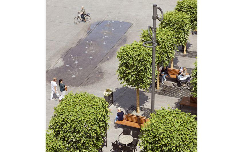 Der Neutorplatz in Dinslaken mit Wasserspiel und konsumfreien Verweilmöglichkeiten unter Bäumen (Foto: Claudia Dreyße)