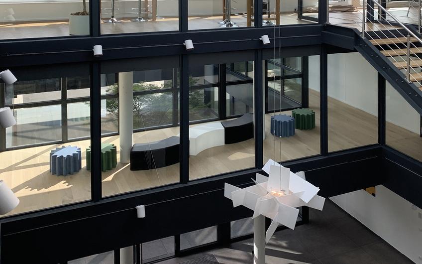 Im Firmengebäude der Milestone wurde auf viel Tageslicht und natürliche Materialien wie z.B. Holz-Fußböden besonderen Wert gelegt