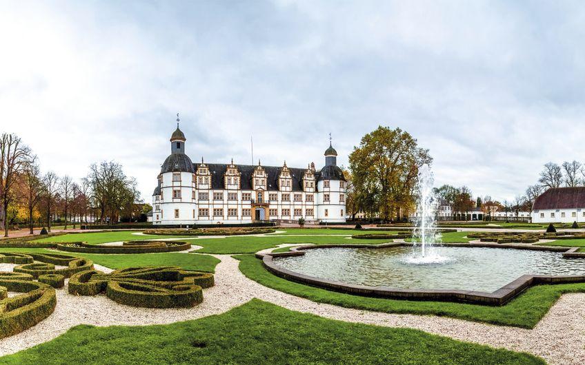Schloss Neuhaus ist mit seinen Parkanlagen bei Besuchern und  Einheimischen gleichermaßen beliebt (Foto: ©pure-life-pictures - stock.adobe.com)